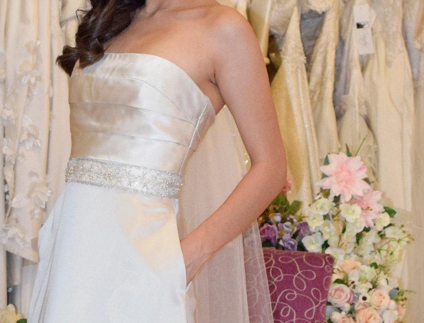 Vestido de Novia en raso de seda color ostión y aplicación de pedrería plata