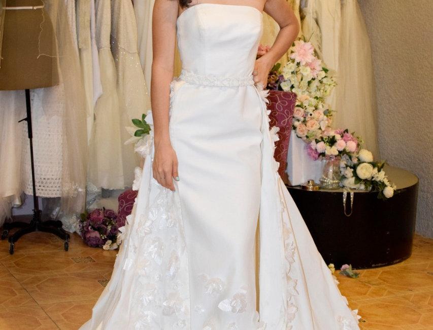 Vestido de Novia en raso de seda y rebordado de flores 3D