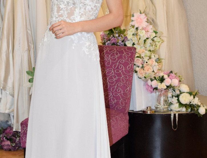 Vestido de novia en transparencia con falda de chifón