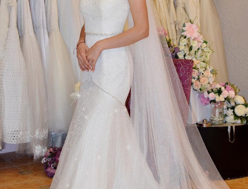 Vestido de Novia con encaje sutache y falda en organza de seda con líneas bordad