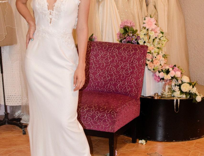 Vestido Novia en crepe marfil y transparencia en escote con aplicaciones