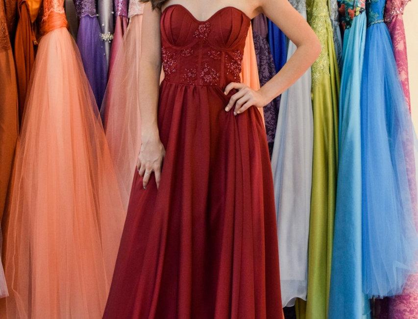 Vestido de fiesta en chifón rojo quemado y tul bordado en talle