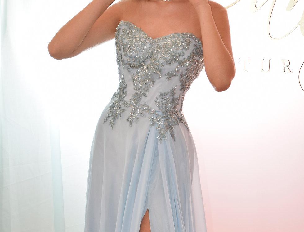 Vestido de fiesta en chifón azul cielo con bordados al tono