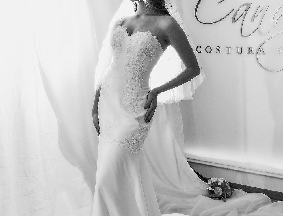 Vestido de novia en crepé blanco y aplicaciones de encaje