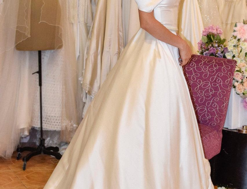 Vestido de novia en mikado de seda con rebordados en falda y cinturón