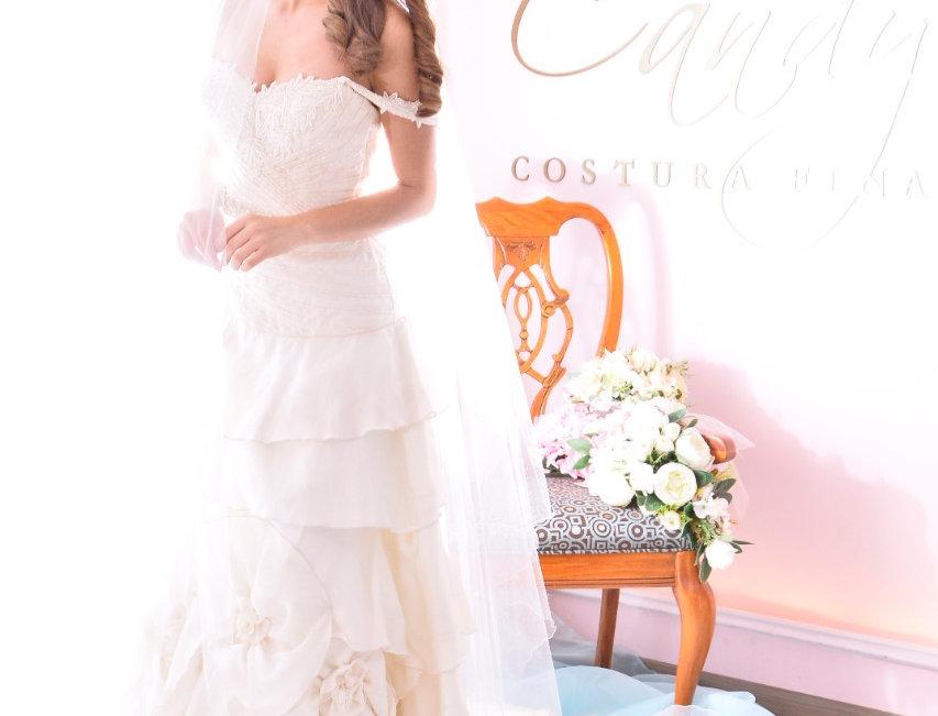 Vestido de Novia con olanes y rosetones en organza de seda