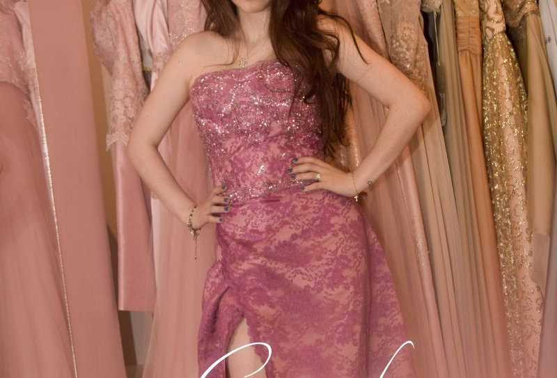 Vestido de fiesta en raso palo de rosa con encaje chantilly al tono y bordados e