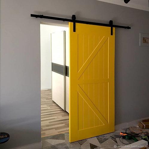 Амбарная окрашенная дверь на механизме открытого типа..