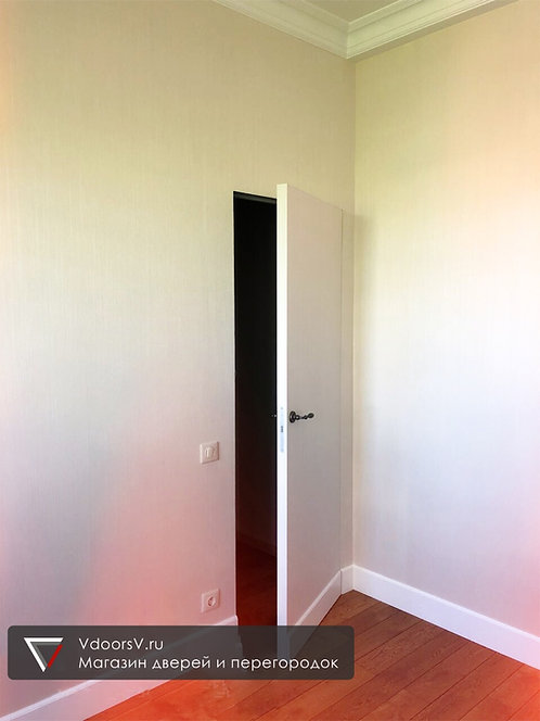 Скрытая дверь с плинтусом.