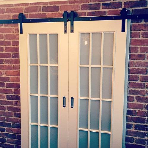 Раздвижная 2- ств. дверь окрашенной серии с английской решеткой.