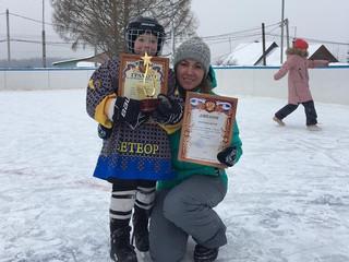 Леванов Семён принял участие в показательной игре в хоккей с шайбой.