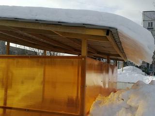 Очистка крыш веранд от снега