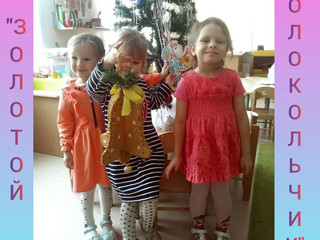 Участие в новогодней выставке работ воспитанников 4 группы.
