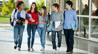 Estudiantes en campus