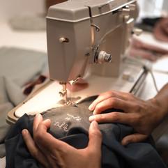 Silke an der Nähmaschine