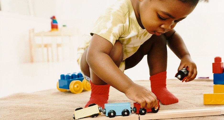 Enfant_jouant_avec_une_locomotive