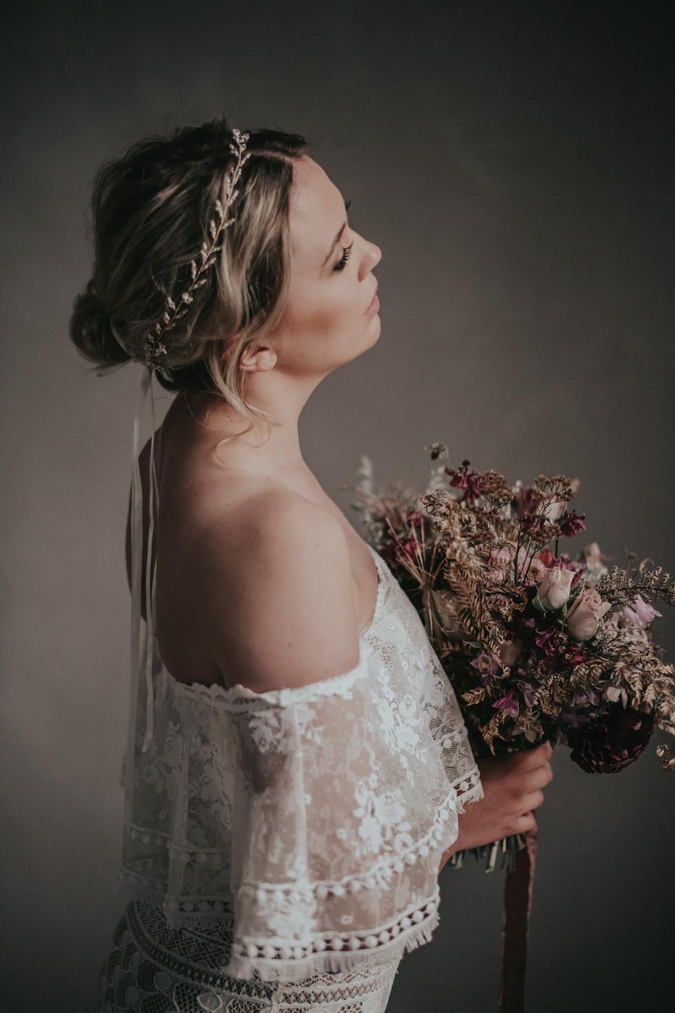 Foto: www.kuenzli-photography.com Headpiece: www.la-chia.de (onlineshop) Flowers: www.myawina.ch Styling: isaBELLE