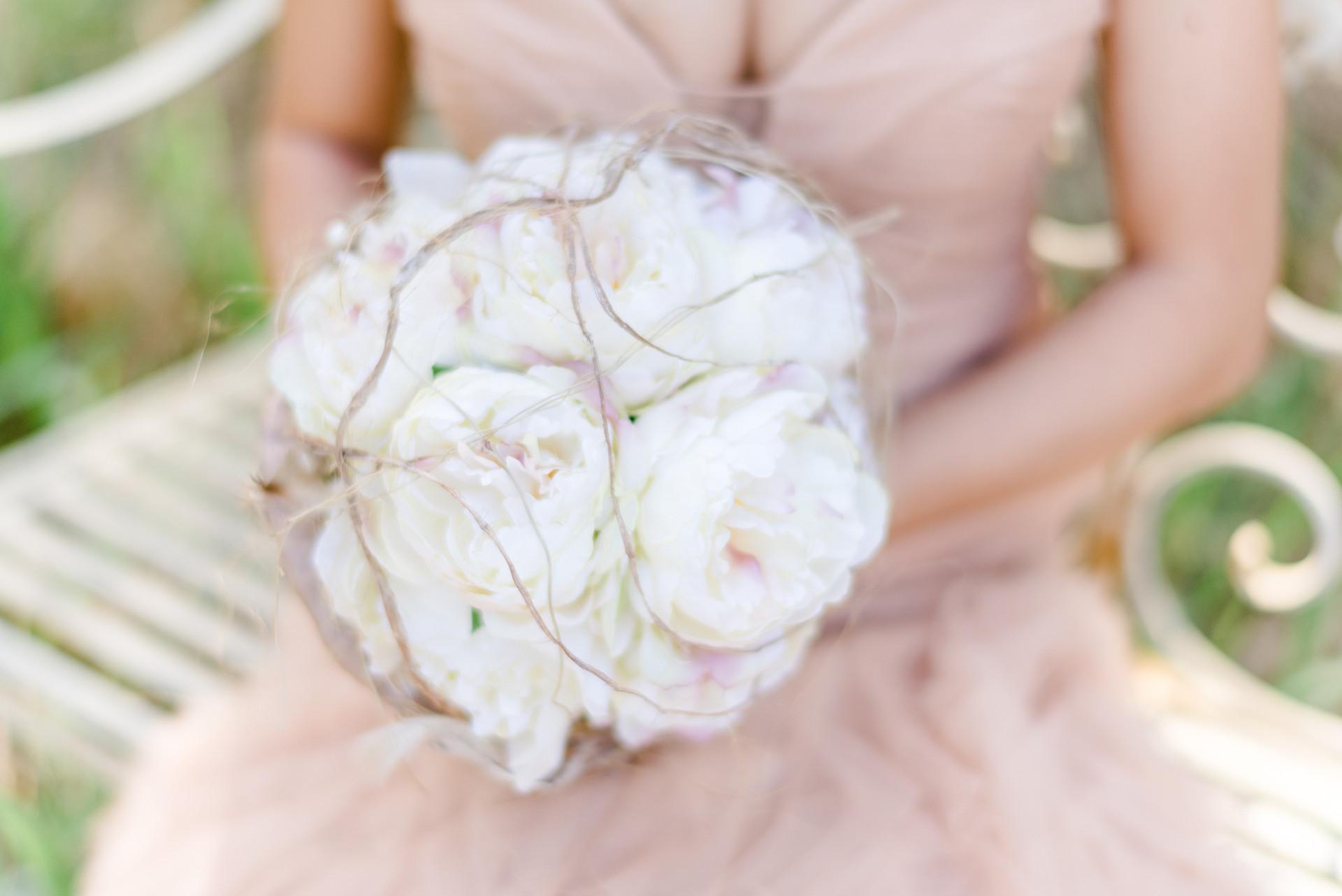 Foto: Andrea Rufener Photograph Flowers: Karin Mani FlowersDesign&more Styling: isaBELLE Haar&Make-up
