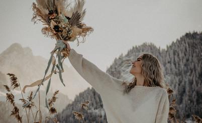 Foto: www.jaypeg.ch Flowers: My Awina Bride: @tabeamariako Strickpulli: isaBELLE