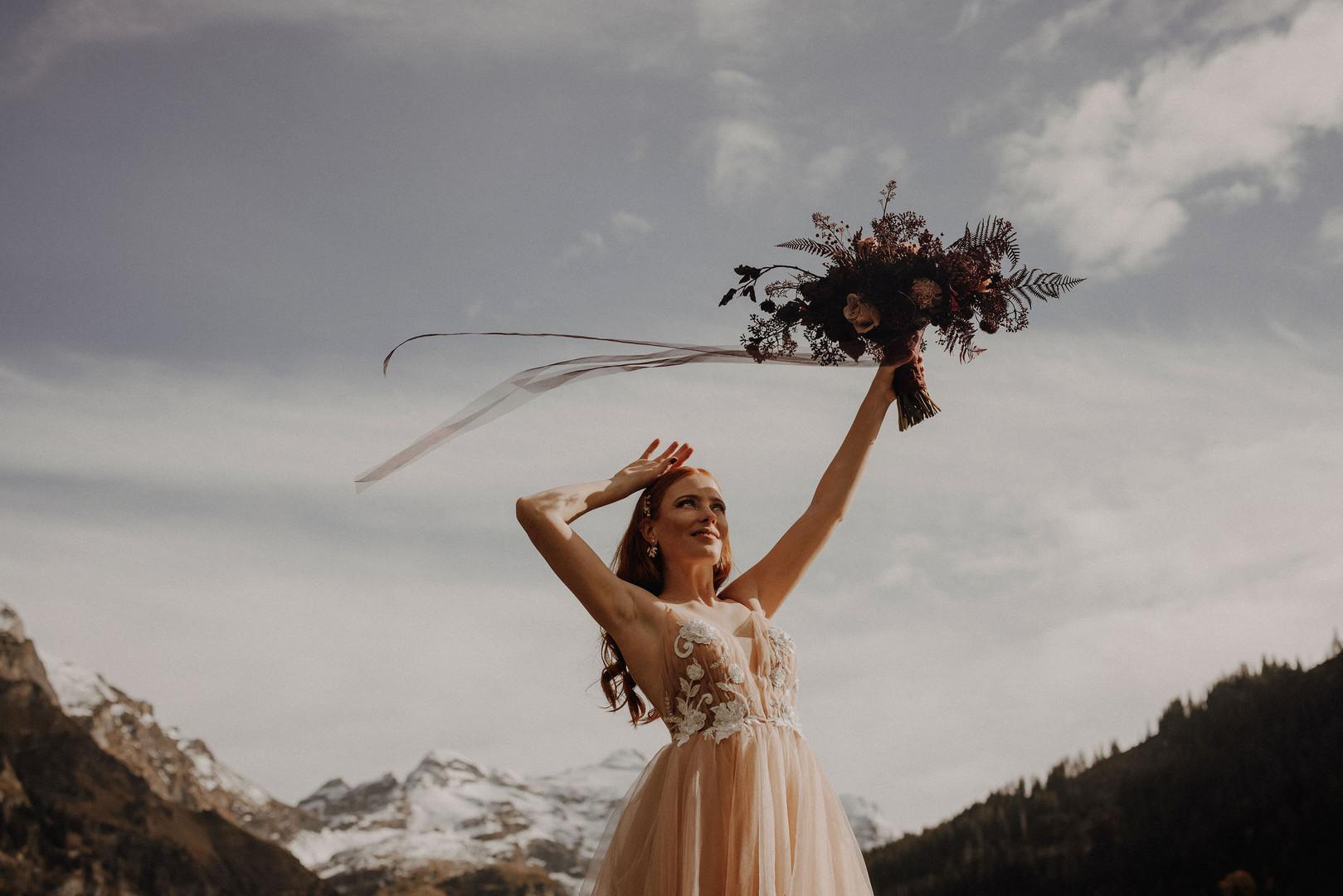 Foto: philwenger, Kleid: fairydress.ch Blumen: karinmani.ch Styling /Pulli / Haar & Ohrschmuck: isa-belle.ch