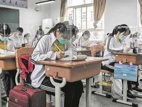 Volta às aulas em Wuhan, na China, tem 'blindagem' individual para os alunos