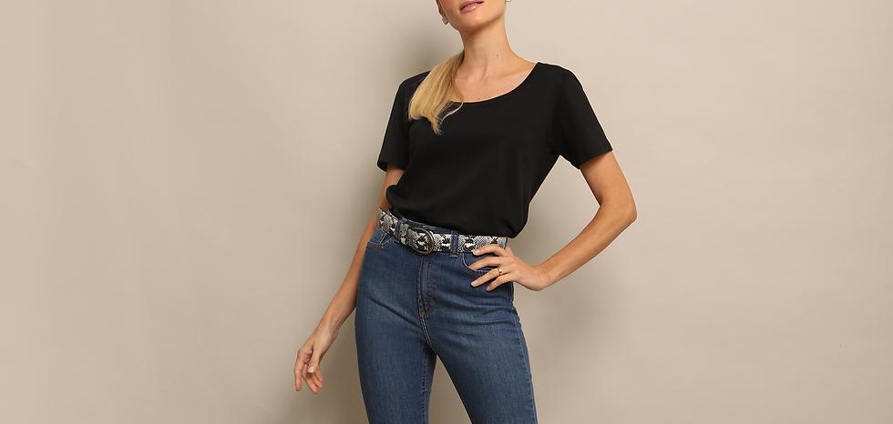 T-Shirt BG Preta com Jeans e Cinto de Cobra Phyton
