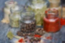 Pots d'épices tels que poivre, parpika, romarins...ouverts