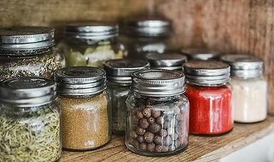 petits pots d'épices tels que poivre, paprika, romarins.. fermés