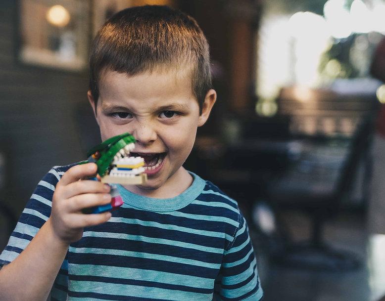 طفل يلعب في عيادة طب اسنان الاطفال