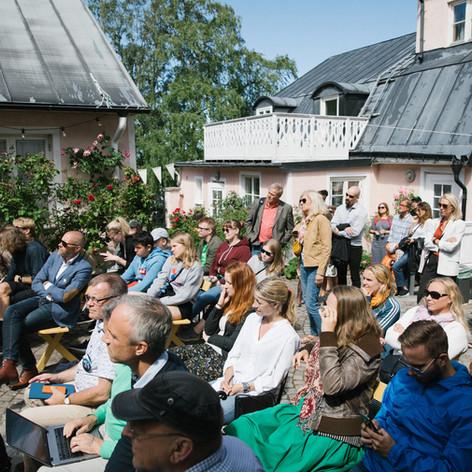 Sittande och stående publik vid seminarium. Foto Linnea Ronström