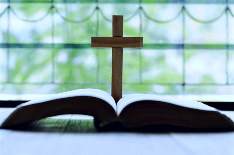 crosses-that-open-bible-wooden-table_115
