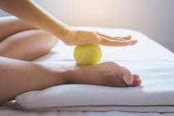 massage de la voûte plantaire avec une balle de tennis