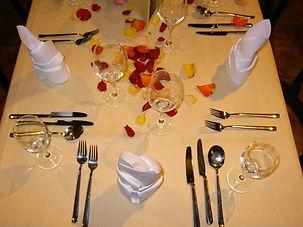 tisch mit glaesern und schmuck 02xx.jpg