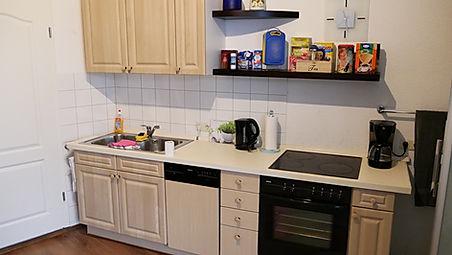 Zimmer mit Küche und Geschirrspüler.