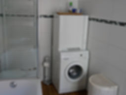 Gästezimmer mit Waschmaschine und Wäschetrockner