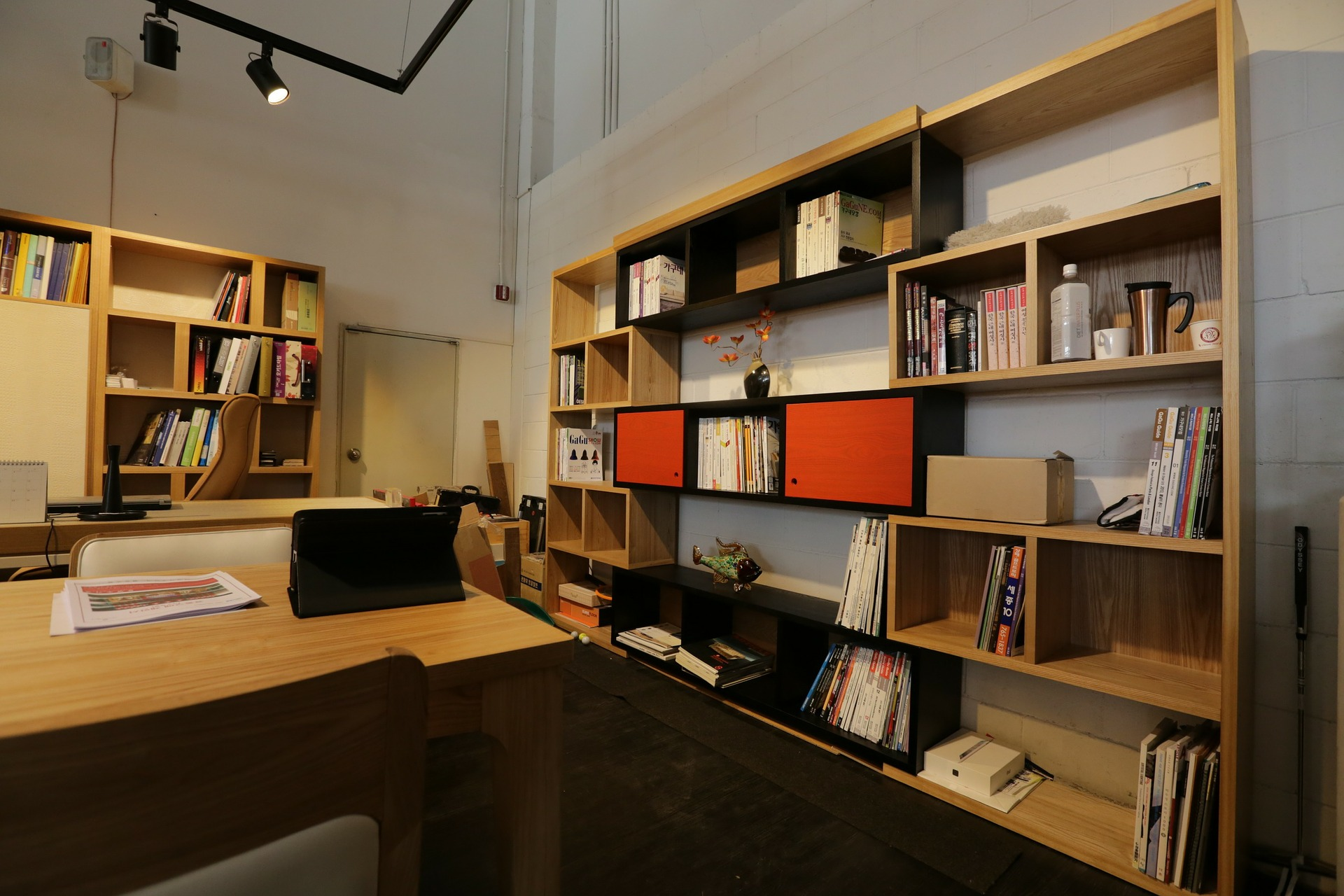 Mesa de escritório e estantes
