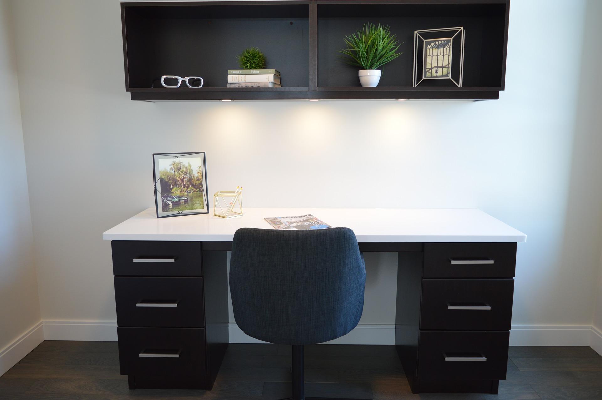 Mesa de escritório e armário suspens