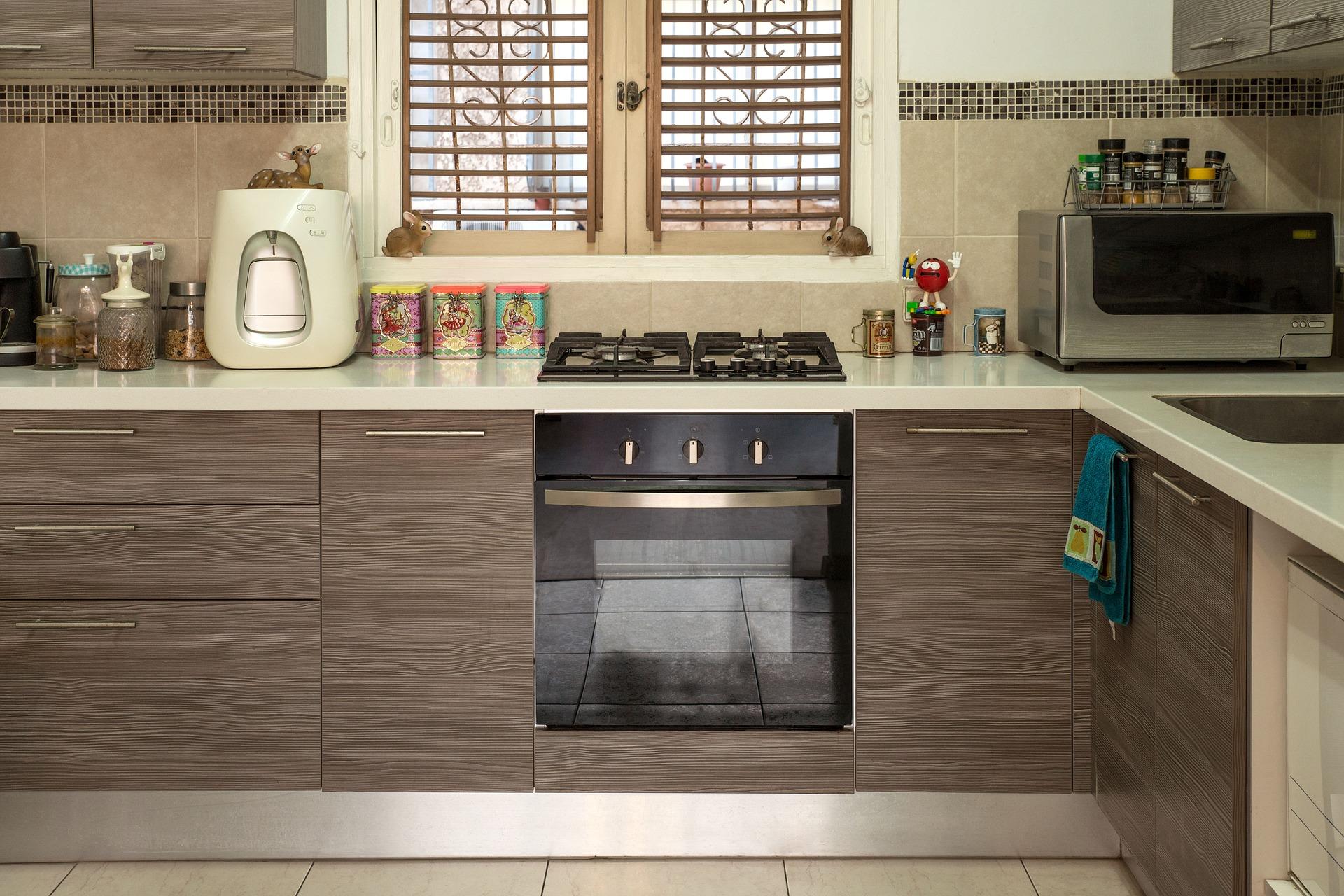 Cozinha e armários escuros
