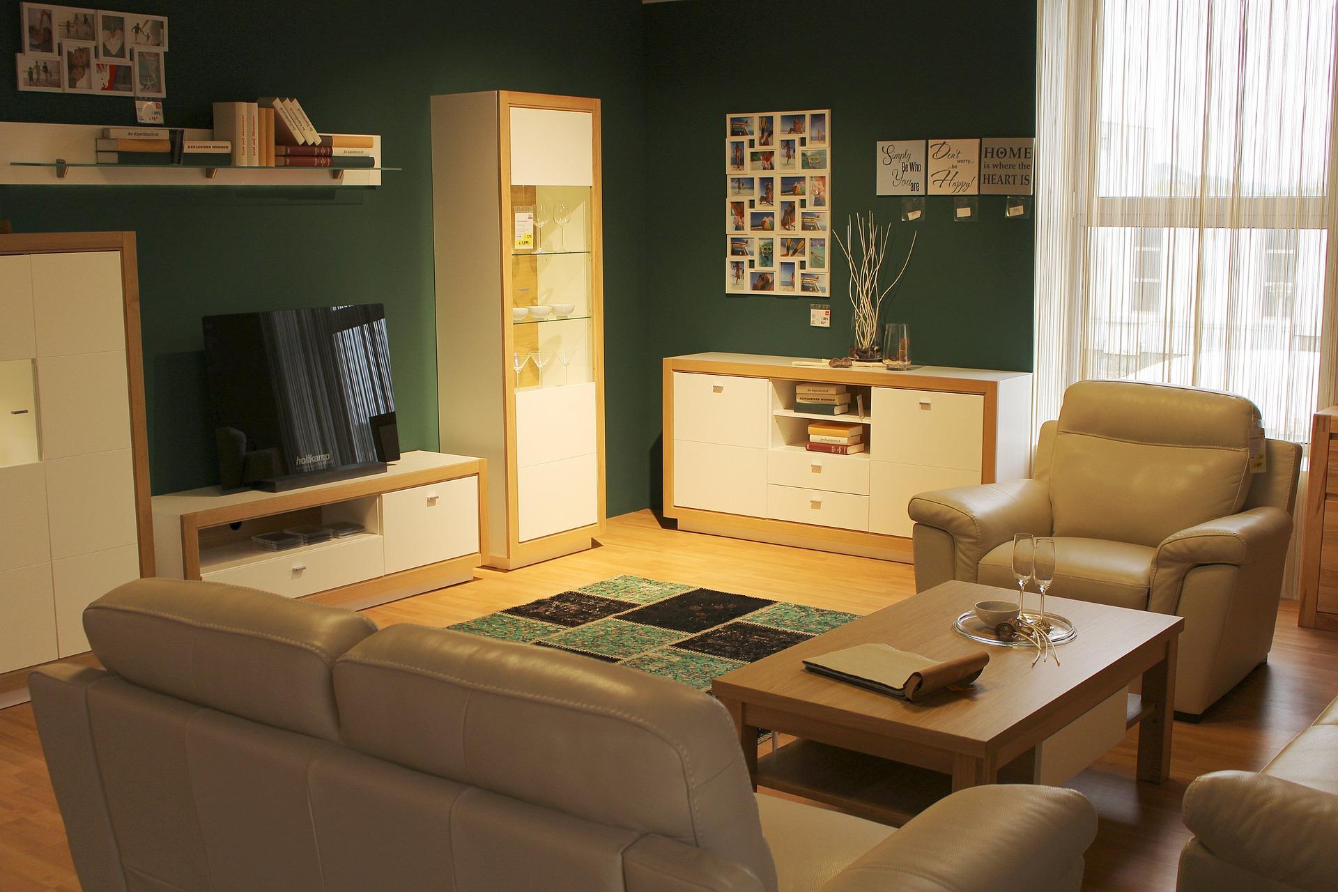 Sala branca com madeirado