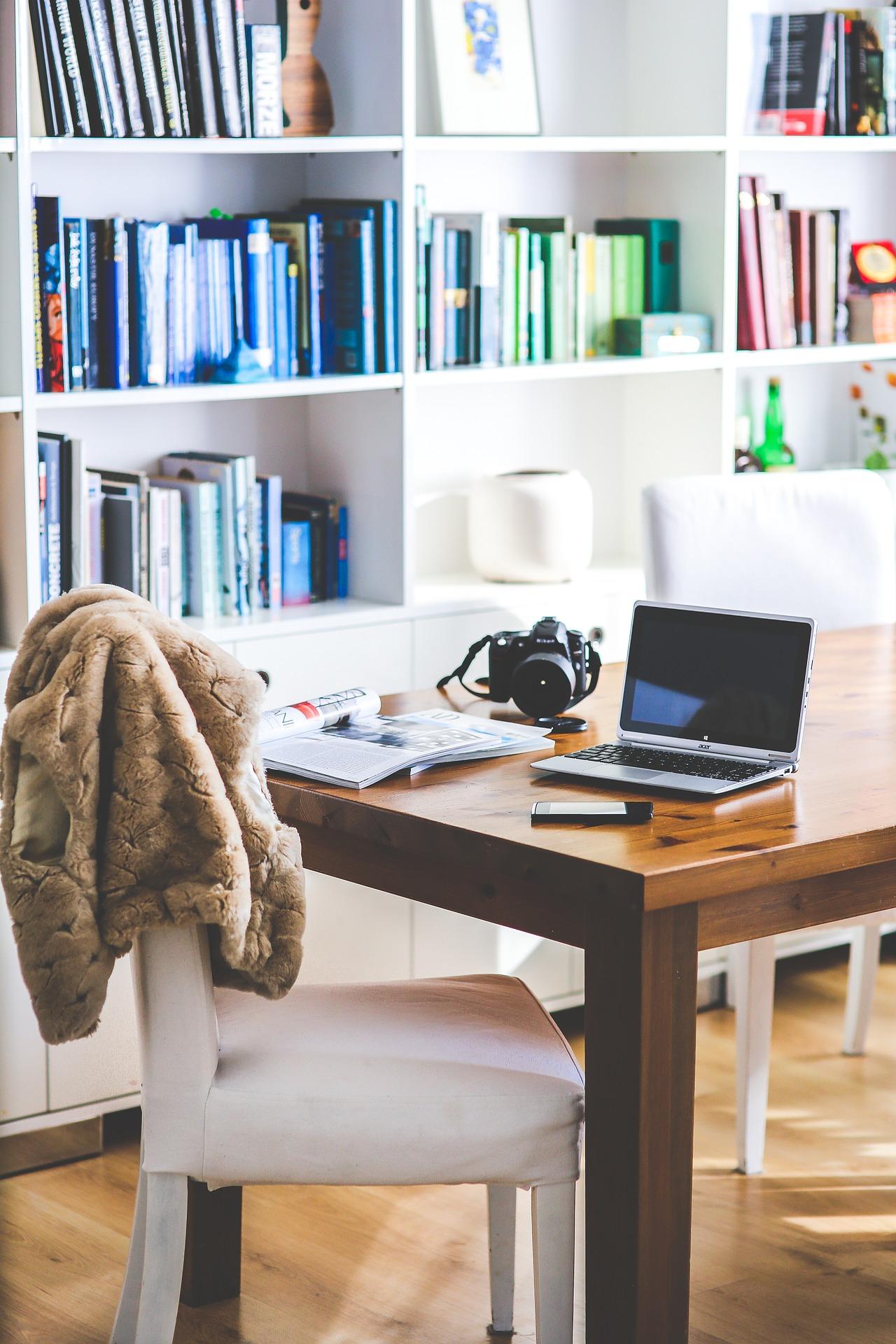Mesa de escritório e estante
