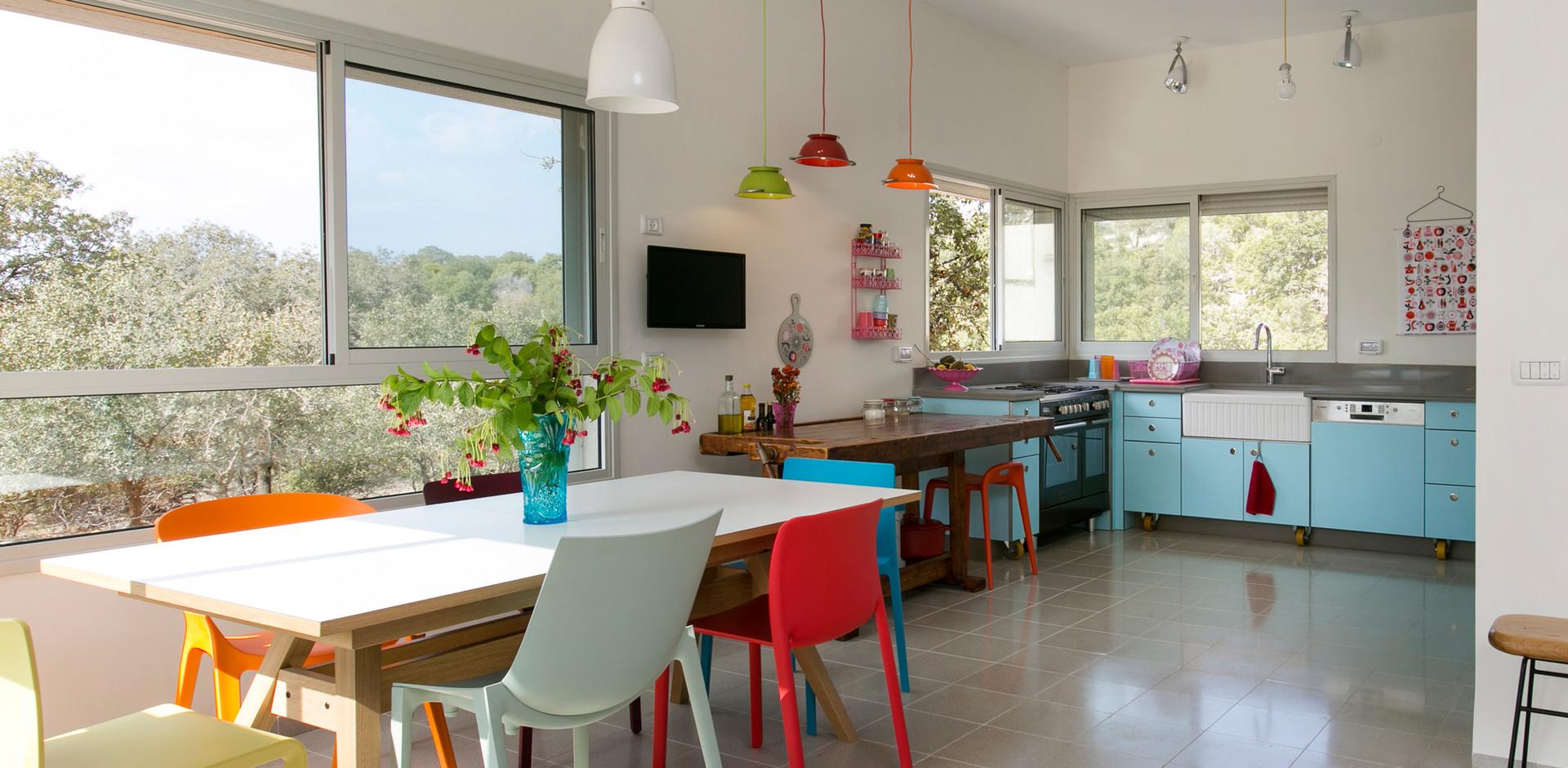 זוהי פינת האוכל ומטבח הבית. צבעוניות מדודה ומדוייקת נבחרה לחייך את החלל