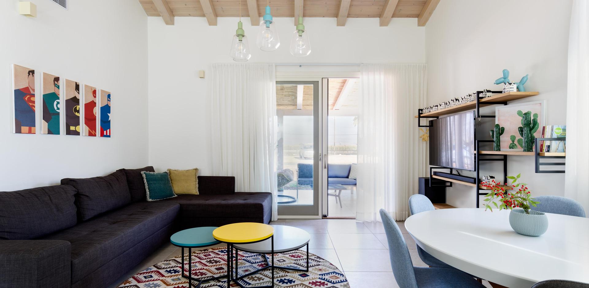 מבט מהסלון למרפסת חיצונית