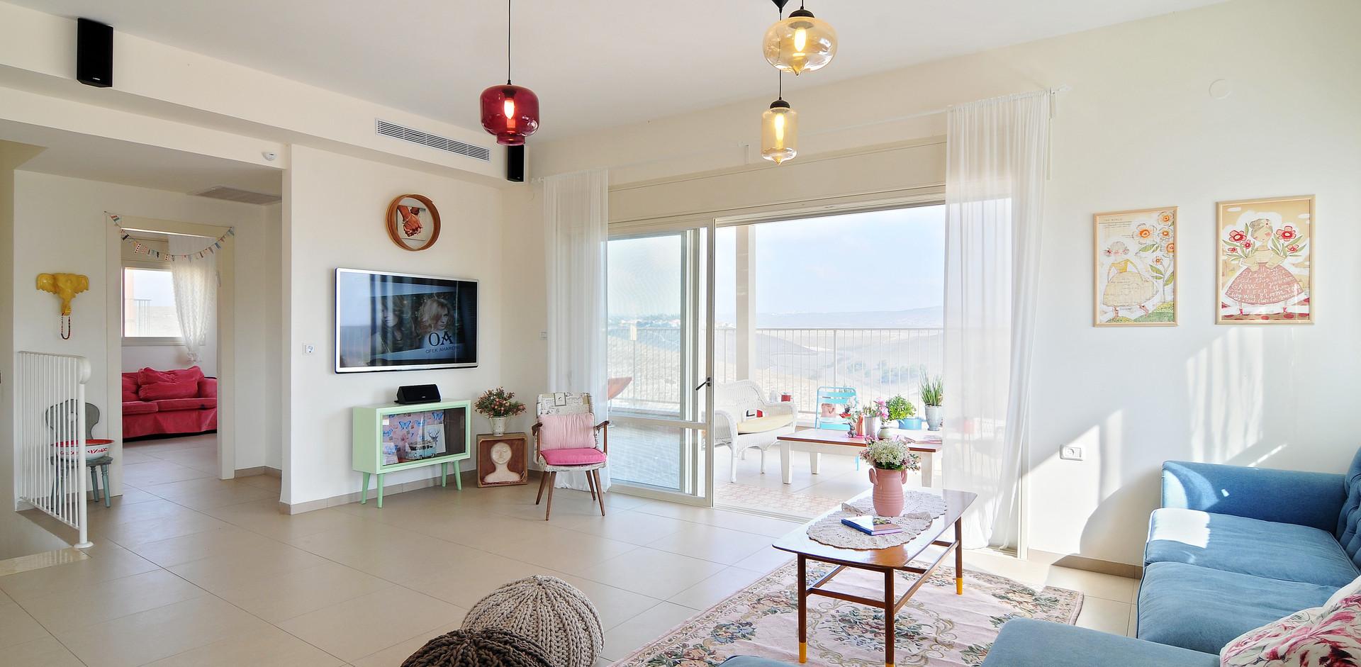 מבט למרפסת הבית , כמו גם לחדר המשפחה שנמצא בקרבת חלל המרכזי
