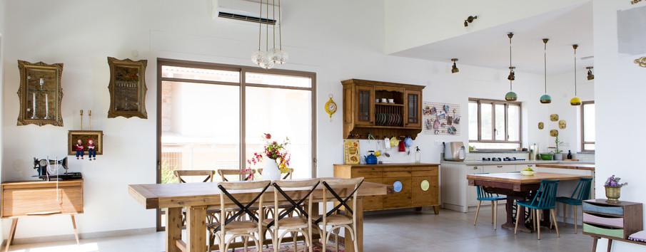 חלל מרכזי של הבית: שולחן האוכל מתמזג עם חלל המטבח. פריטי נגרות ייחודיים מקשטים את החלל כולו