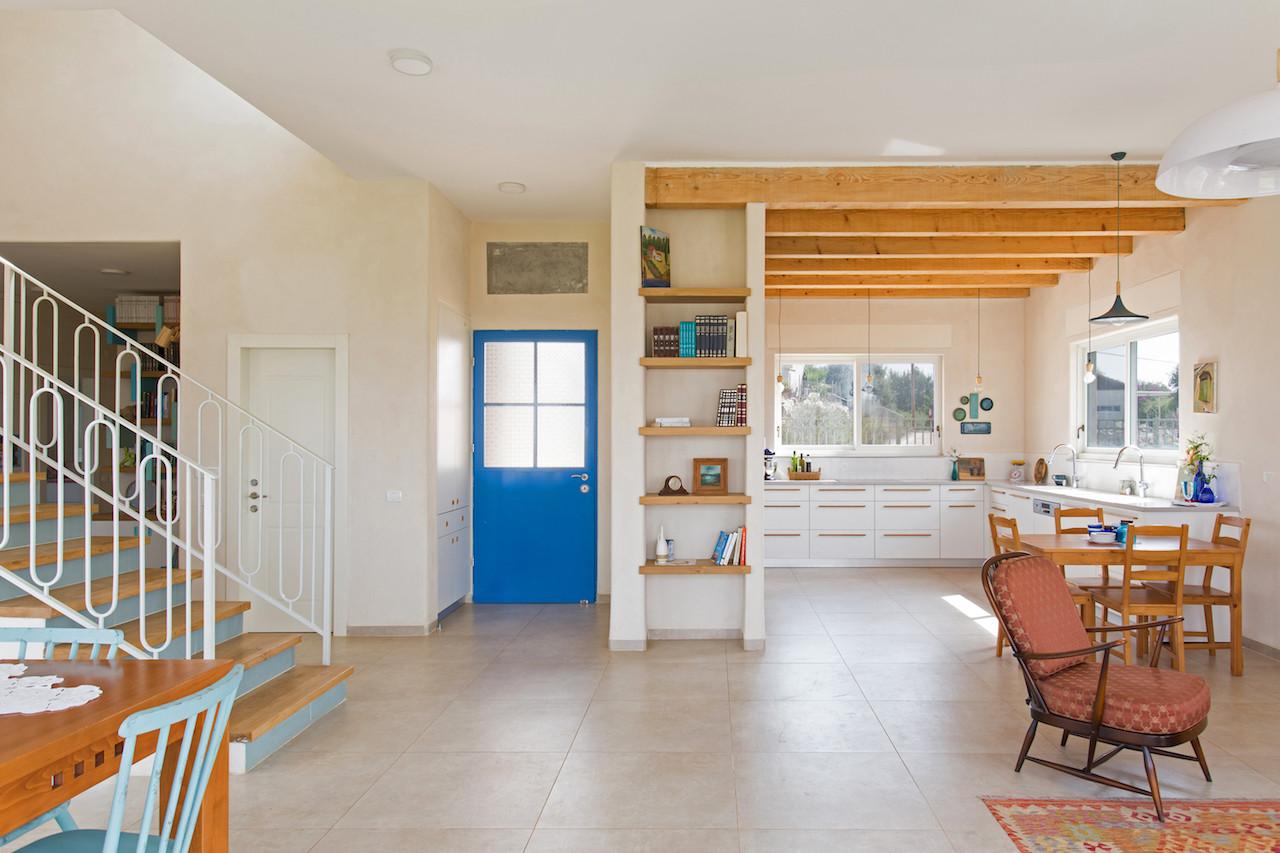 מבט מחלל הסלון- דלת הכניסה, מטבח, גרם המדרגות וקצת מהסלון