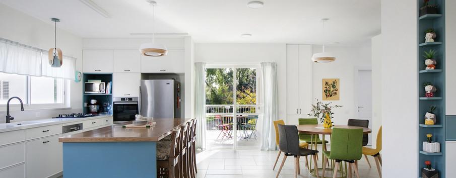 מבט למטבח, פינת האוכל ומרפסת