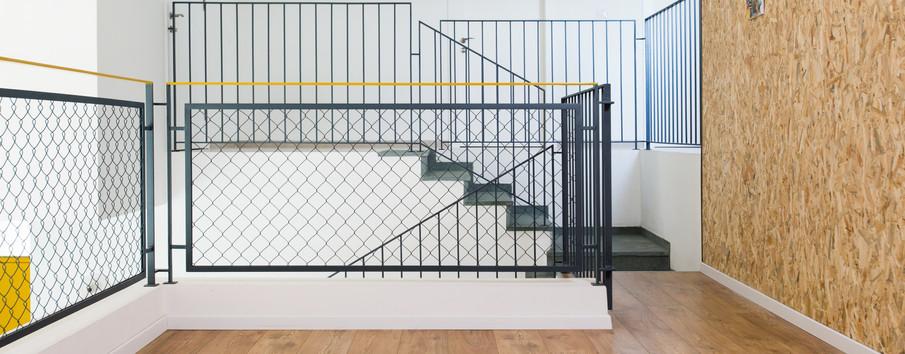 מעקה ייחודי מלווה את גרם המדרגות ואת מעקה הגלריה