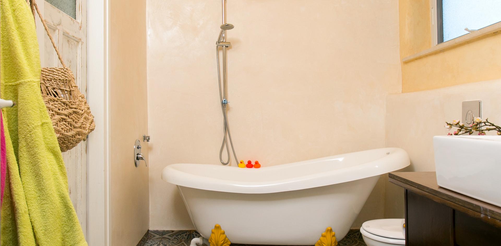 אמבטיה חייכנית