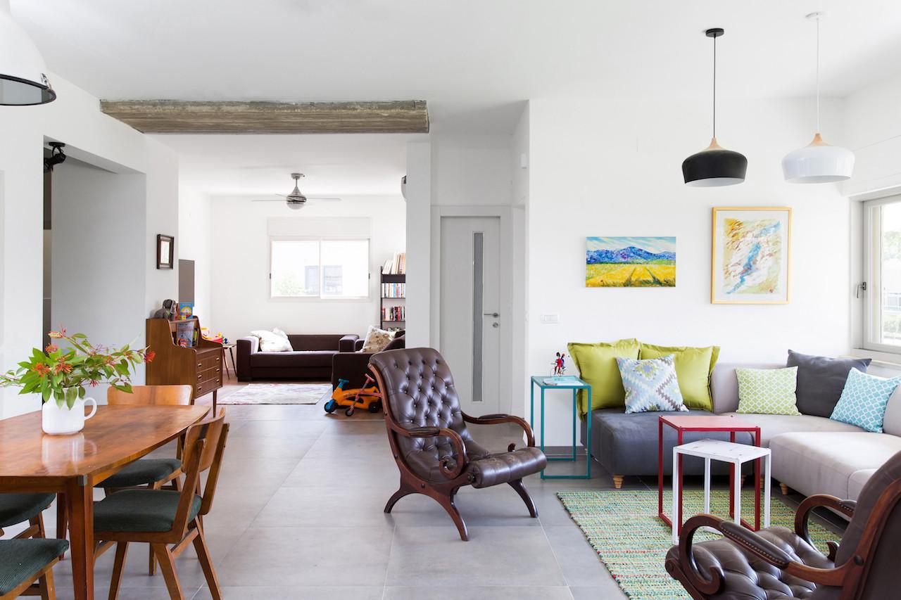 הסלון ומעט מפינת האוכל. פינת המשפחה(שבעתיד תהפוך לחדר נוסף) מוגדרת על יד תקרת בטון חשופה.