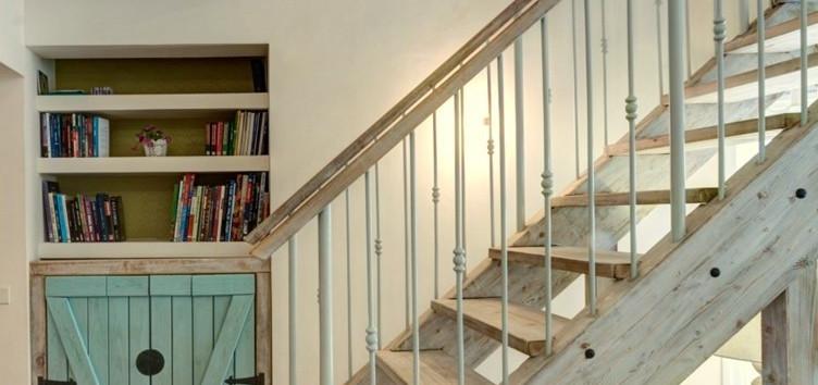 כשהלקוח כשרוני: מדרגות עץ , כמו גם יחידת ארון מעניינת